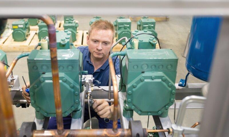 Studienabbrecher Daniel Lehmann muss als angehender Mechatroniker bei der compact Kältetechnik GmbH Dresden alle Fertigungsbereiche durchlaufen. Die Montage von Verdichtern für eine Kälteanlage gehört dabei zu seinen Aufgaben.