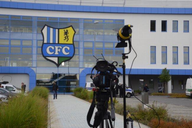 Eine Fernsehkamera vor dem Chemnitzer Stadion. Hier findet am Abend ein Bürgerdialog statt.