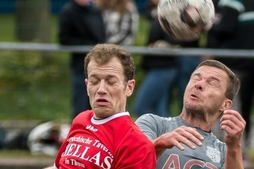 Das 1:0, erzielt durch Clemens Hilbert (links) - hier im Kopfballduell mit Stefan Hauser - , nützte Großrückerswalde gegen Marienberg II am Ende nichts.