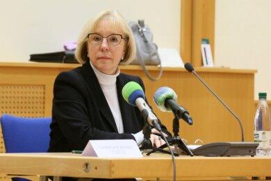 In Vertretung des erkrankten Landrates Christoph Scheurer hat die Erste Beigeordnete Angelika Hölzel am Dienstag in Werdau über die Coronalage im Landkreis informiert - und dabei auch zu Kritik am Krisenmanagement des Gesundheitsamtes Stellung genommen.
