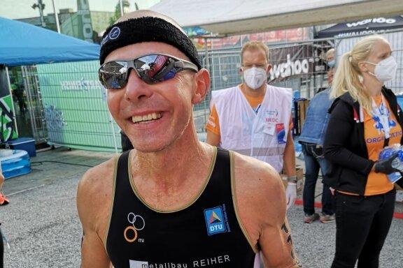 Überglücklich im Ziel: Der Limbach-Oberfrohnaer Triathlet Alexander Kunze wurde im niederländischen Almere Vizeweltmeister in seiner Altersklasse. Der 49-Jährige kam nach neun Stunden und 13 Minuten an.