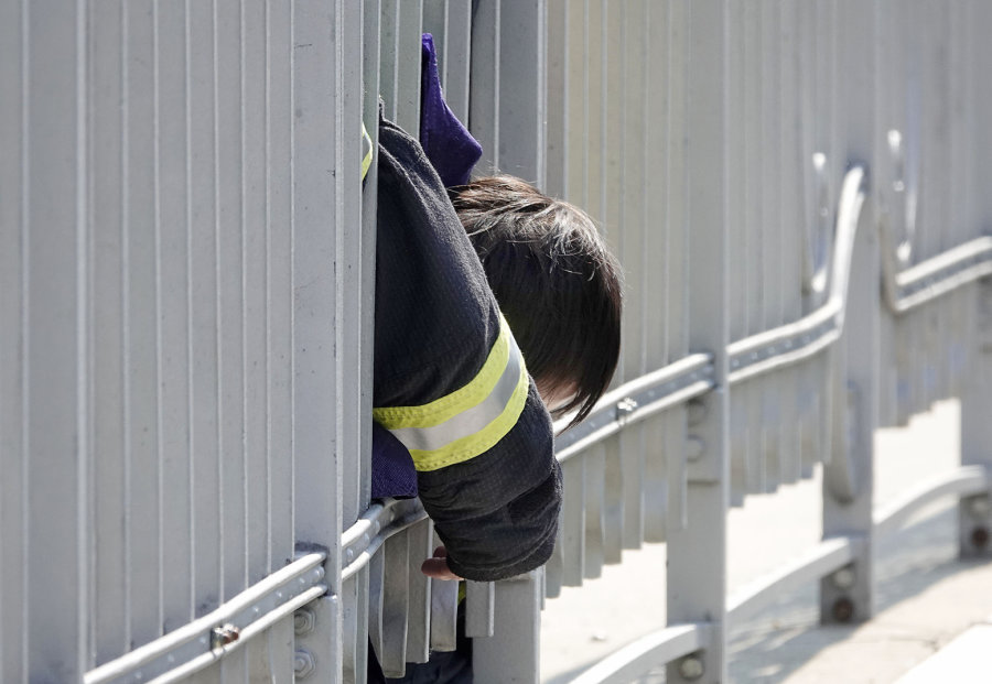 Kind klemmt sich Kopf am Brückengeländer ein
