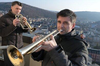 Jochen Oesterreich (hinten) und Markus Lange (vorn) vom Posaunenchor der Evangelisch-lutherischen Kirchgemeinde Aue-Zelle haben am Samstag auf dem Kirchturm der Friedenskirche geblasen.