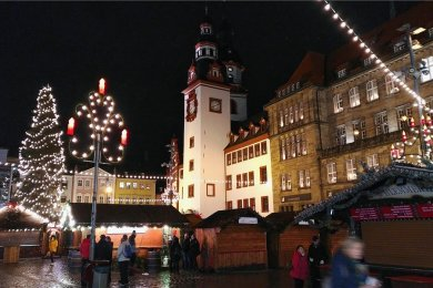 Der Chemnitzer Weihnachtsmarkt im vergangenen Jahr vor der Kulisse des Alten Rathauses.