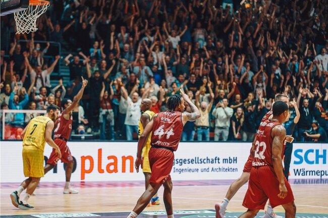 Darion Atkins (Nummer 44), der hier einen verwandelten Drei-Punkte-Wurf von Isiaha Mike (hinten links) feiert, sorgte mit seinem verwandelten Korbleger drei Sekunden vor dem Ende dafür, dass das Dach der Messe davonflog. 3700 begeisterte Fans feierten den 79:78-Sieg der Niners Chemnitz gegen die EWE Baskets Oldenburg.