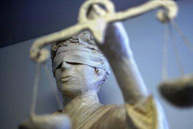 Der Angeklagte soll mindestens fünf Frauen um insgesamt 80.000 Euro geprellt haben.