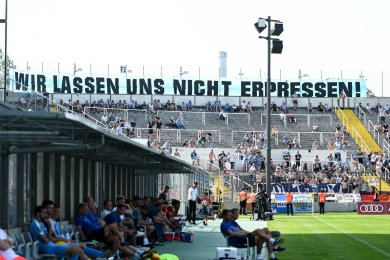 Fans des Chemnitzer FC sind beim Auswärtsspiel in Bayern am Samstag nicht nur mit diesem Transparent aufgefallen. Einzelne Anhänger beschimpften den CFC-Sportdirektor antisemistisch..
