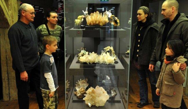 """<p class=""""artikelinhalt"""">Lutz Schmiedgen (l.) mit Enkel Jannis, Robert Wendel und Yvonne Drechsler mit Hanna besuchten am Wochenende die Mineralienschau und bestaunten auch die Quarze aus Brasilien.</p>"""