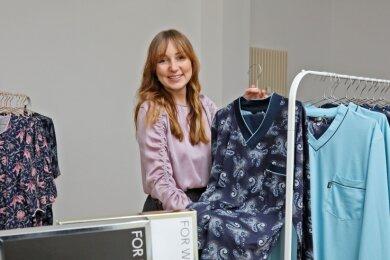 """Sara Linke präsentiert in der """"Box"""", die sie bis Mitte Dezember gemietet hat, Produkte aus ihrem Wüstenbrander Unternehmen."""
