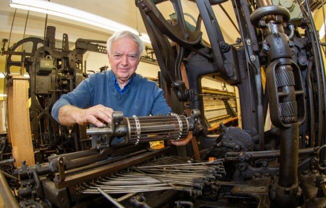 Ludwig Müller ist für die Plauener Schaustickerei unverzichtbar. Der 77-Jährige hält dort ehrenamtlich die alte Sticktechnik in Schuss und kennt sich mit der Technik bestens aus.
