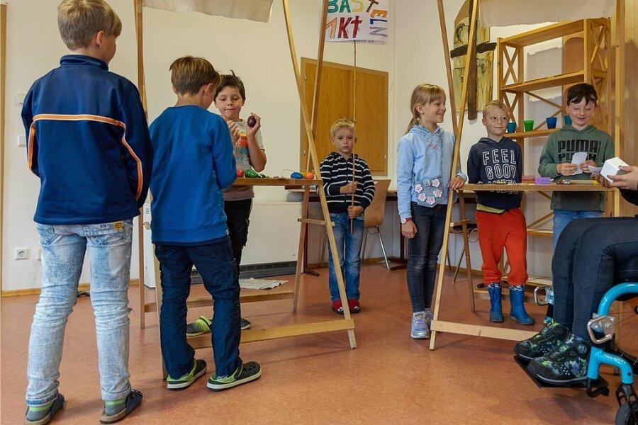Tim, Raphael, Emil, Riley, Jasmin, Alex, Emilio und Simon lösen beim Projekt Kinderstadt in Reumtengrün gemeinsam Probleme.