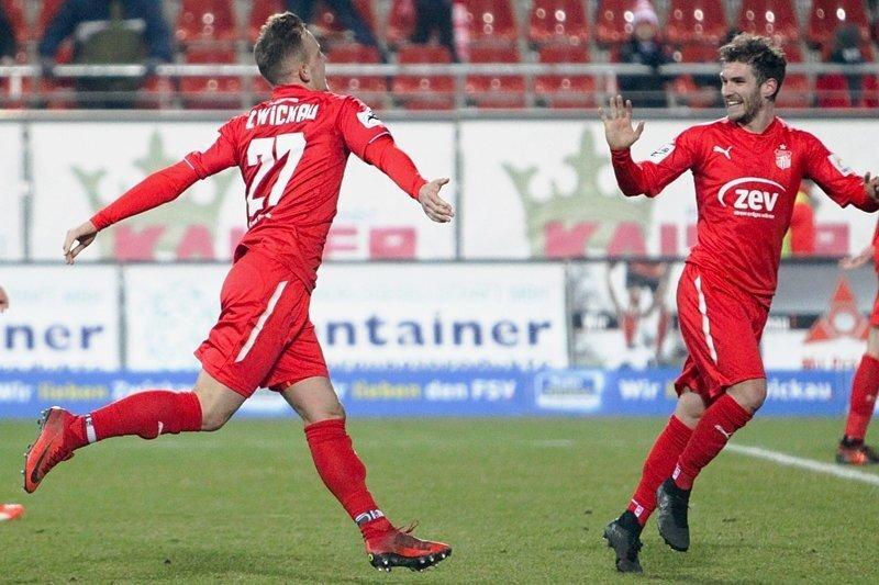 Die Zwickauer Torschützen Fabian Schnabel (links) und Daniel Gremsl (rechts) bejubeln den Ausgleich zum 2:2.