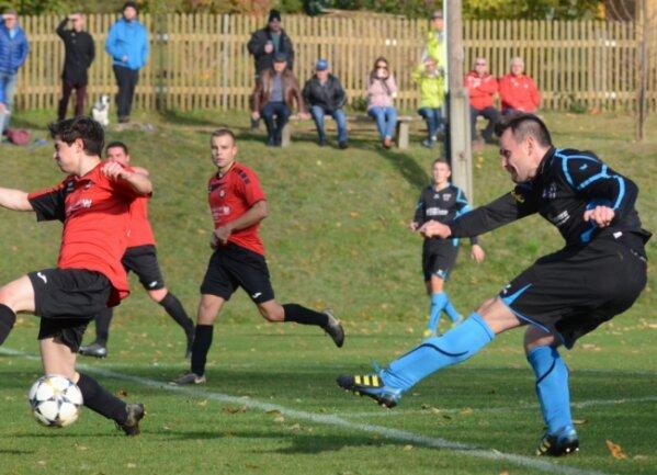 Lars Trippner erzielt hier seinen zweiten Treffer zum 2:0 für Kottengrün. Seine Mannschaft verließ mit dem Derbysieg die Abstiegsplätze. Lars Trippner führt mit zehn Treffern jetzt die Torschützenliste der Vogtlandliga an.