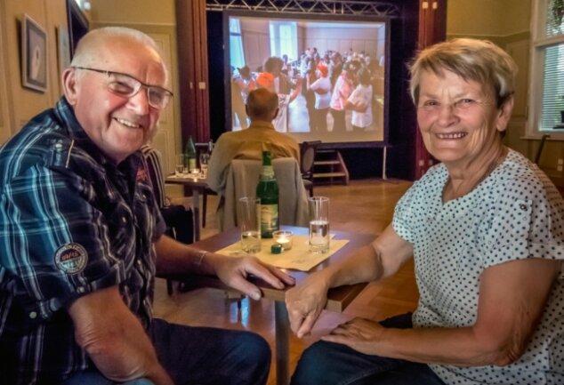 Manfred Kunze und Gertrud Schmidt schwelgen beim Fotorückblick in Erinnerungen und hoffen, bald wieder beim Tanztee mit vielen Gleichgesinnten das Tanzbein schwingen zu dürfen.