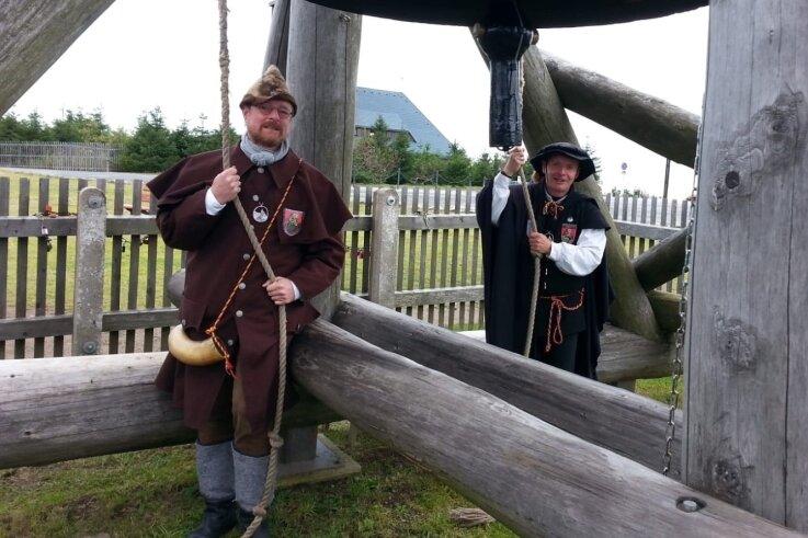 Für Nachtwächter Jörg Eller (links) und Schwarzenbergs Türmer Gerd Schlesinger ist das Läuten der Glocke eine Herzensangelegenheit.