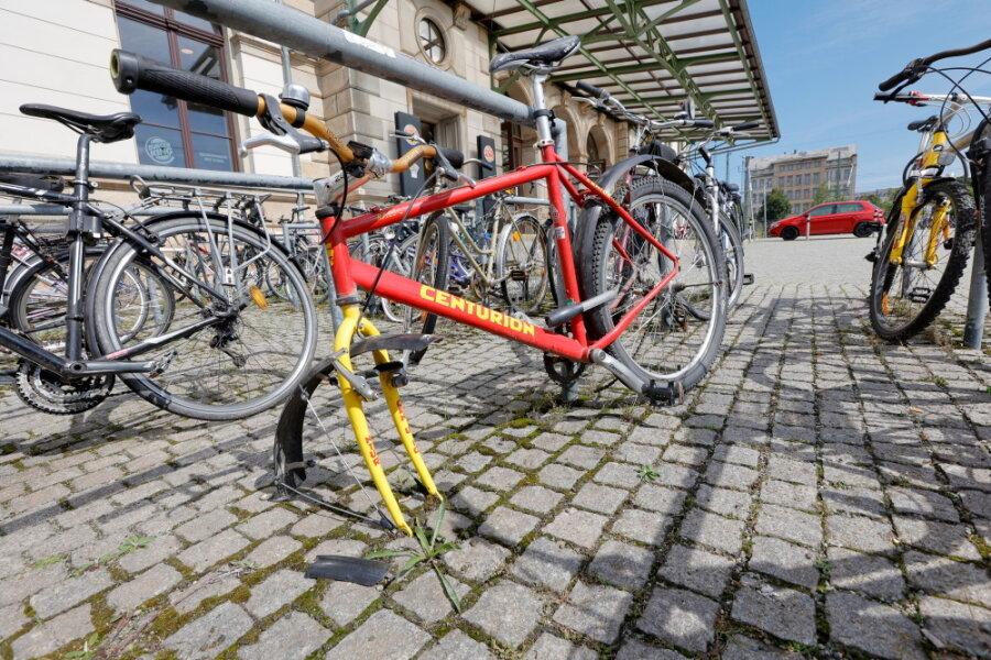 Rund 100 Stellplätze für Fahrräder stehen vor dem Hauptbahnhof zur Verfügung. Einige von ihnen sind dauerhaft belegt - mit sogenannten Fahrradleichen.