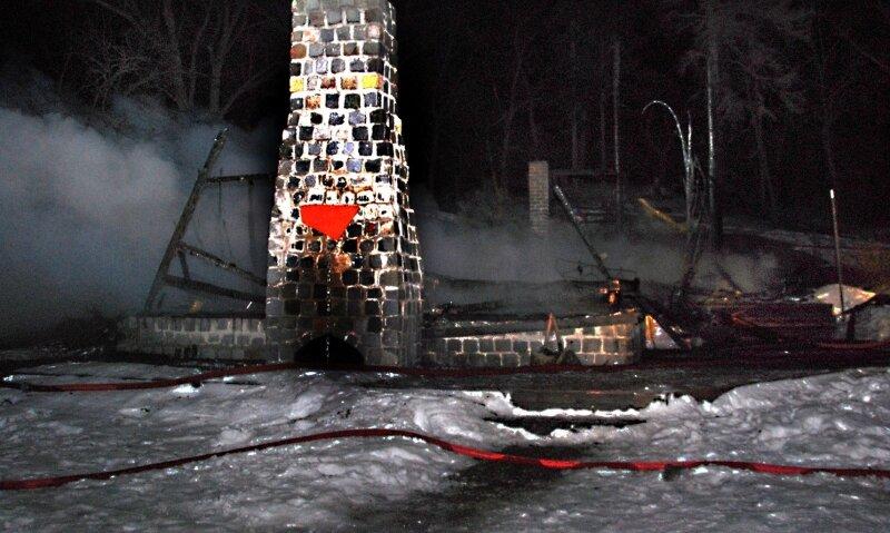 """<p class=""""artikelinhalt"""">Das Holzgebäude des Motorradfahrerclubs brannte bis auf die Grundmauern nieder. 18 Jahre Vereinsgeschichte gingen in Flammen auf.</p>"""
