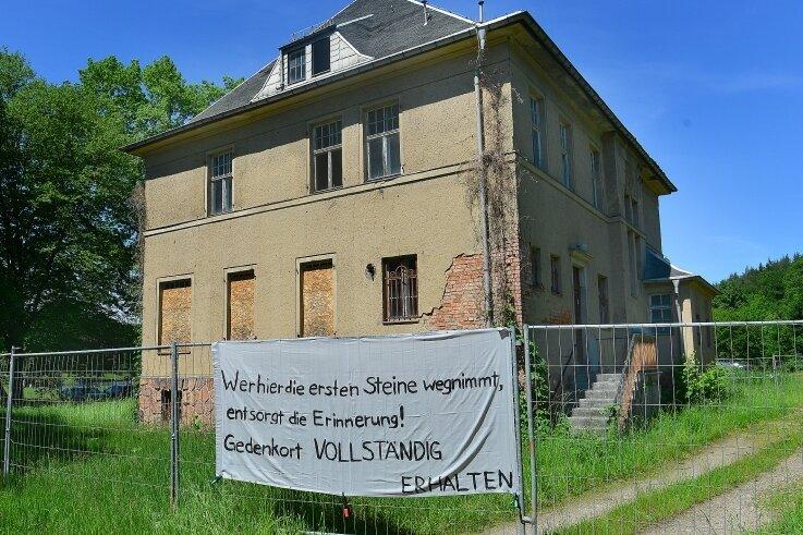 Mit einem Plakat protestierten Bürger 2019 an der ehemaligen Kommandantenvilla in Sachsenburg gegen deren Abriss.