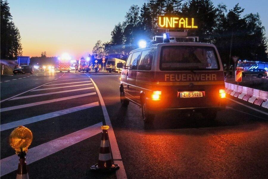 Nach einer ganzen Serie an Unfällen hatte sich auf der Kreuzung von B 93 und Zubringer (S 282) bei Schneeberg im Herbst 2019 die erste tödliche Karambolage ereignet. Dabei verlor eine Frau ihr Leben.