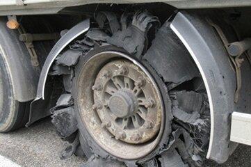 Bei einem Rad des Lkw-Anhängers löste sich bereits die Karkasse von der Felge.