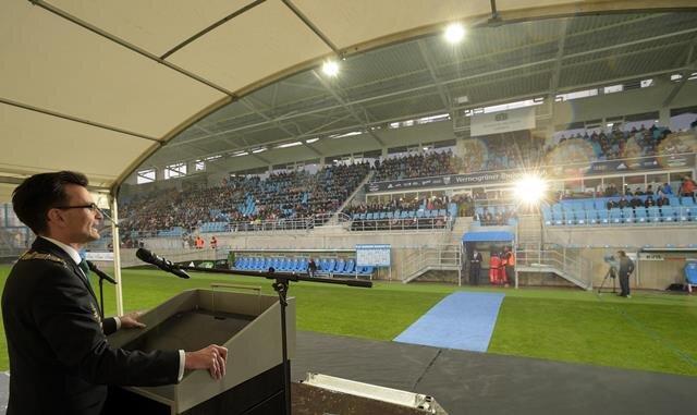 Der neue Rektor der TU Chemnitz hielt am Donnerstag bei der Immatrikulationsfeier im neuen Chemnitzer Stadion vor rund 2000 Studenten eine Rede. Unter ihnen waren viele Frauen und Männer aus dem Ausland.