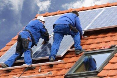 Viele Hausbesitzer stehen aktuell vor der Frage, wie es nach dem Auslaufen der EEG-Förderung mit dem Strom, der auf ihrem Dach erzeugt wird, nun weitergeht.