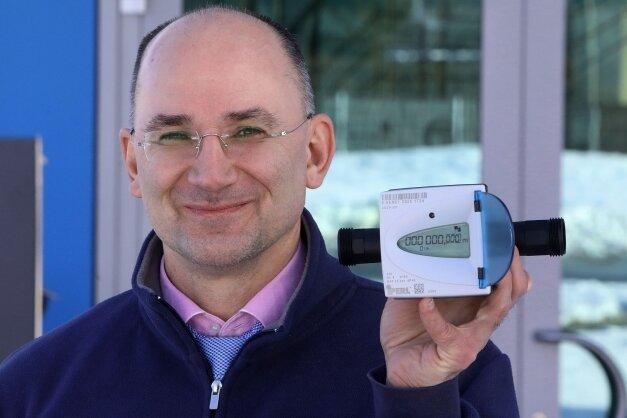 RZV-Chef Norbert Conrad mit den neuen Funkzählern.
