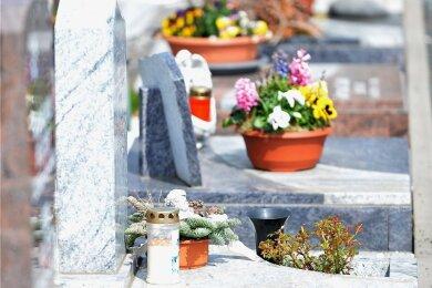 Auch auf dem Zentralfriedhof am Fuchsmühlenweg in Freiberg sind Gräber liebevoll geschmückt. Doch immer wieder kommt es zu Diebstahl oder Vandalismus.