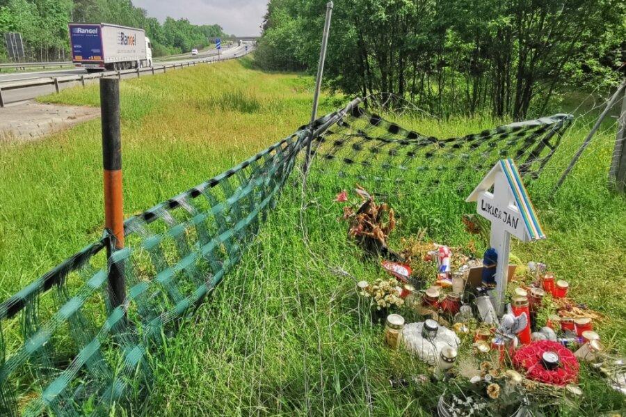 Die Fahrzeug-Karawane auf der A 72 zieht weiter, an der Abfahrt Treuen haben Freunde der am 18. Mai verunglückten 19-Jährigen aus Plauen ein Kreuz aufgestellt. Pfarrer Andreas Vödisch hielt dort eine Andacht.