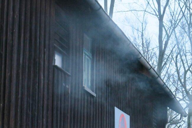 Aus dem Gebäude drang zeitweise Rauch.