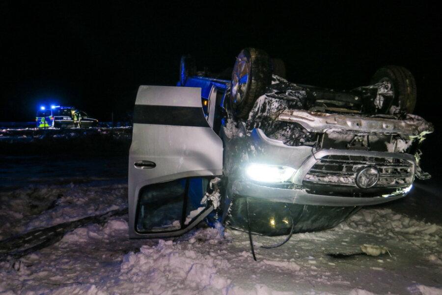 Transporter überschlägt sich an A 72 bei Hartenstein - Fahrer schwer verletzt