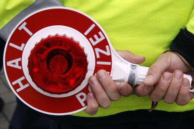 Die Polizei führte am Dienstag auf der A 4 bei Glauchau Tempokontrollen durch. Mit knapp 170 statt der erlaubten 80 Kilometer pro Stunde schoss ein Fahrer den Vogel ab.