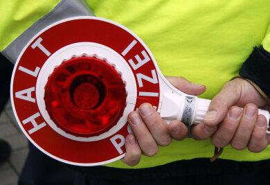 Aus Furcht, bei einer Polizeikontrolle erwischt zu werden, hat ein Plauener (38) auf der A 93 am Dienstagabend mitgeführten Drogen aus dem Autofenster geworfen.