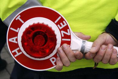 Mit 80 statt der erlaubten 50 km/h war ein Raser im Oelsnitzer Ortsteil Waldesruh in der Pflockenstraße am Montag unterwegs. Bei Tempokontrollen ging der Fahrer eines Mitsubishi Polizisten des Stollberger Reviers ins Netz.