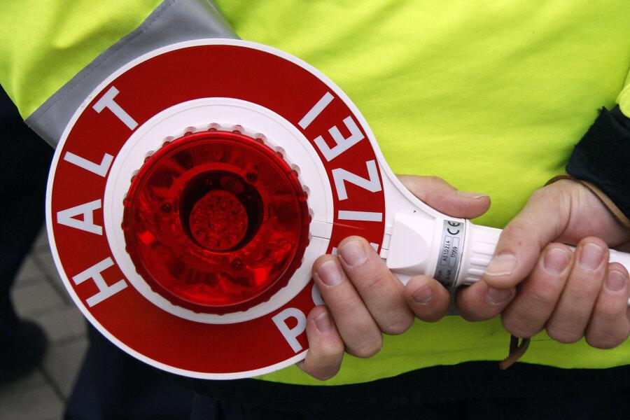 Wildenfels: Schwerverletzter und hoher Schaden bei Unfall mit Sattelzug