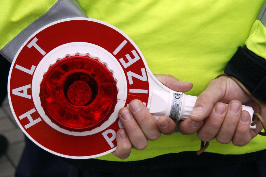 Opel ohne Kennzeichen fährt hupend an Polizeikontrolle vorbei