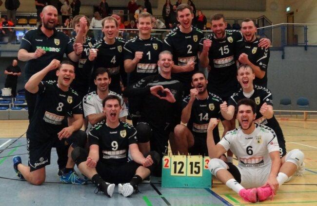 Die Mannschaft des VSV Oelsnitz feiert den 3:2-Heimerfolg gegen den USV TU Dresden.