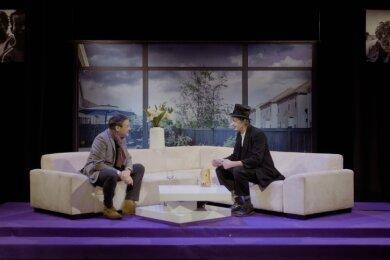 Hardy Hoosman (rechts) in seiner Rolle als Karl Valentin im Gespräch mit Christoph Dittrich, Generalintendant der Theater Chemnitz.