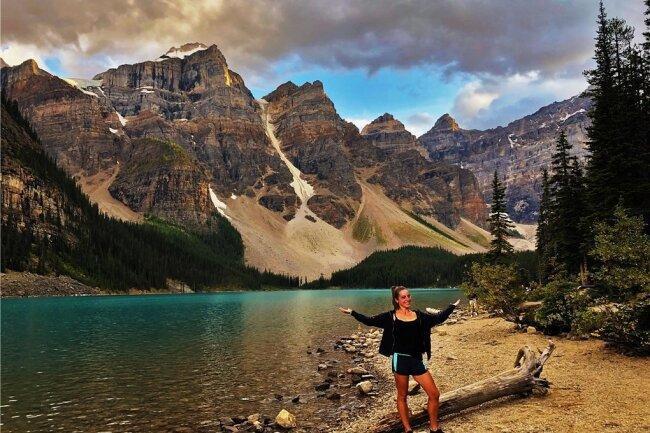 """""""Die Landschaft hier ist atemberaubend"""", sagt Jitka Dunger, die seit einem Jahr in Kanada lebt und hier am Lake Moraine steht."""