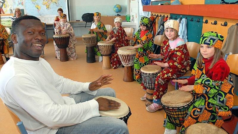 """<p class=""""artikelinhalt"""">Den Marbacher Grundschülern hat das Trommeln mit Chidi aus Nigeria besonders gefallen. </p>"""
