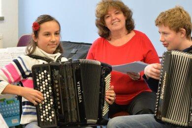 Paula und Collin Reichelt haben mit ihrer Musikpädagogin Tatjana Jontscheva schon manchen Wettbewerb erfolgreich gemeistert.