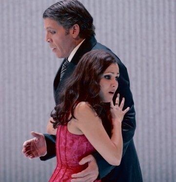 La Traviata: In der glamourösen Pariser Gesellschaft verliebt sich Alfredo in die Kurtisane Violetta.