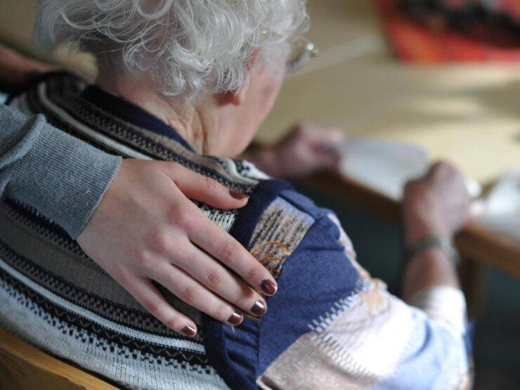 Ob ambulant oder in einem Heim - Pflege kostet Geld. Damit es keine finanziellen Engpässe gibt, kann man mit einer privaten Zusatzversicherung vorsorgen.