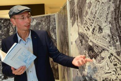 Der Landschaftsarchitekt Norbert Engst vor einem Bild, das das Heckert-Wohngebiet um das Jahr 1978 zeigt. Die von ihm zusammengestellte Fotogalerie wird als Dauerausstellung im Vita-Center an der Wladimir-Sagorski-Straße präsentiert.