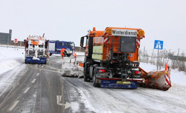 Das THW übernahm die Absperrung auf der A4 und zog die rutschenden Lkw auf die Autobahn. Bis kurz vor 12 Uhr waren mehrere Schneeräumfahrzeuge der Autobahn im Einsatz, bis die Auf- und Abfahrt komplett geräumt waren.