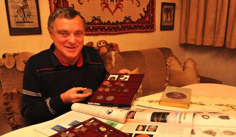 Lothar Pfüller ordnet Medaillen und Abzeichen aus der Region. Der Chef des Numismatischen Vereins Stollberg schätzt auch Münzen vor allem als Ausdruck des kulturellen Lebens der Menschen.