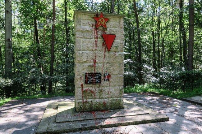 Das sogenannte Ehrenmal für die Opfer des Faschismus in Bad Schlema ist großflächlig mit roter Lackfarbe beschmiert worden.