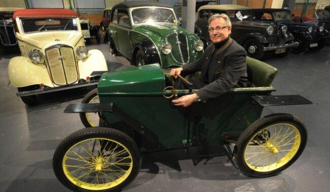 Der Chef des Industriemuseums, Jörg Feldkamp, hat im Elektroauto Slaby Beringer Platz genommen. Der DKW-Oldtimer gehört zur Sammlung Rasmussen, die ab Mai dieses Jahres in Chemnitz zu sehen sein wird.