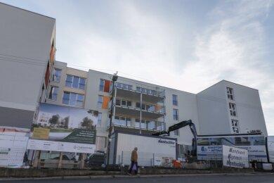 An der Weststraße in Limbach-Oberfrohna baut ein Investor ein Altenheim. Neben 124 Einzelzimmern, in denen Rentner vollstationär versorgt werden, gibt es auch 30 Wohnungen, die angemietet werden können.