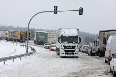 Wegen querstehender Lkw war den ganzen Montagvormittag über die Anschlussstelle der A 4 in Hohenstein-Ernstthal in Richtung Dresden kurzzeitig gesperrt.